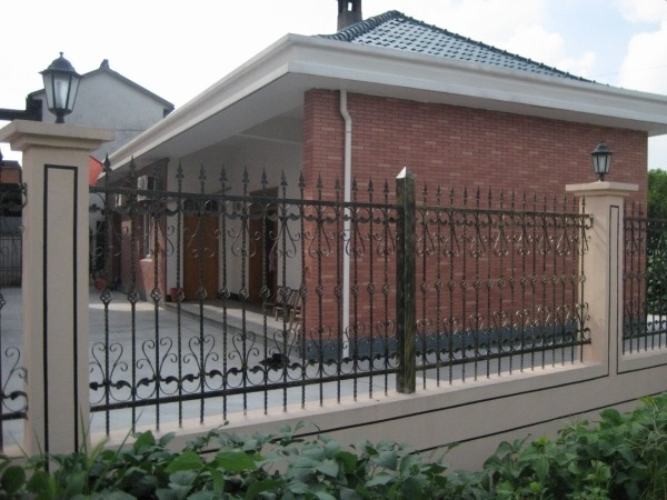 Кованый, металлический забор на каменном, бетонном или кирпичном основании