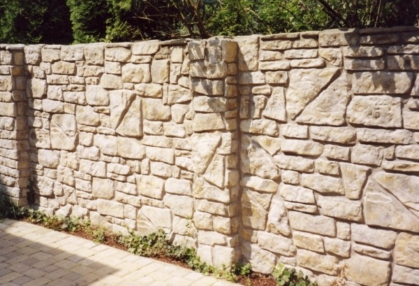 Целиком каменный или кирпичный забор