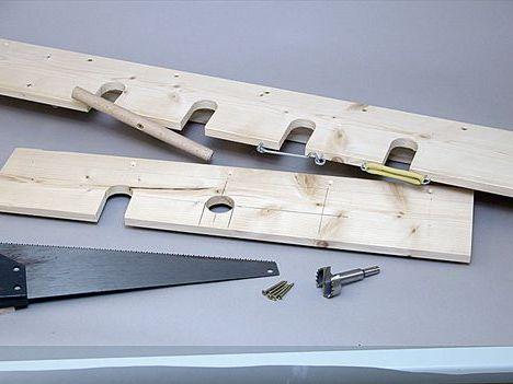 Стеллаж для хранения инструментов из доски с глубокими вырезами