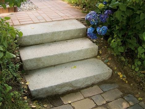 Строим ступени в саду из бетонных блоков