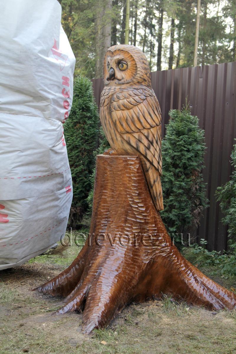 Деревянная скульптура совы из пня