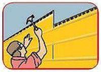 После завершения первого ряда сайдинга устанавливайте второй, начиная каждый раз с тыловой части дома и двигаясь к фронтону.