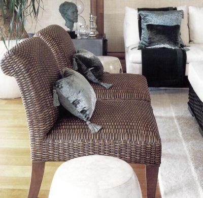 Аналектами для кресел из плетеных водорослей служат декоративные подушки из чистого шелка и бархата