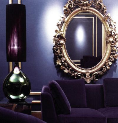 Филипп Трейсй шело соединяет полутонно-синий цвет стены с фиолетовой обивкой мягкой мебели