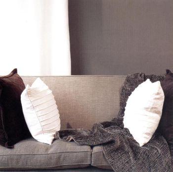 Диван обит великолепной льняной тканью цвета инжира, ткань называется мистраль.