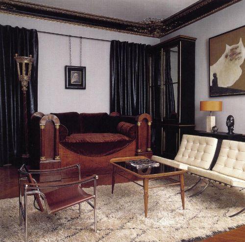 Серо-кремовая спальня с роскошной польской кроватью