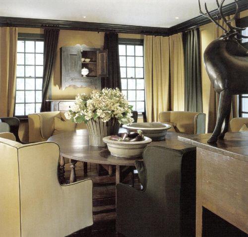 Спальня в охотничьем домике декорирована в светло-желтых тонах