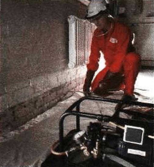 Нагнетание силиконового слоя на внутреннюю поверхность стены