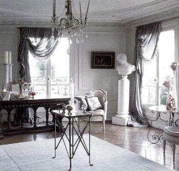 Стены этой холодной по духу парижской комнаты окрашены в светло-серый тон. Ковер с таким же оттенком смягчает блеск пола. Окна обрамлены прозрачными жемчужно-серыми драпировками.