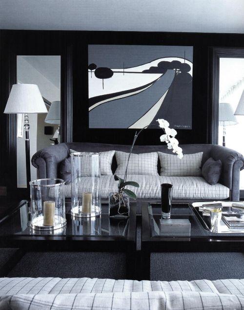 Обитые черным бархатом стены представляют собой выразительный фон для угольных и средне-серых тонов, которые использовал Луиджи Эспозито.