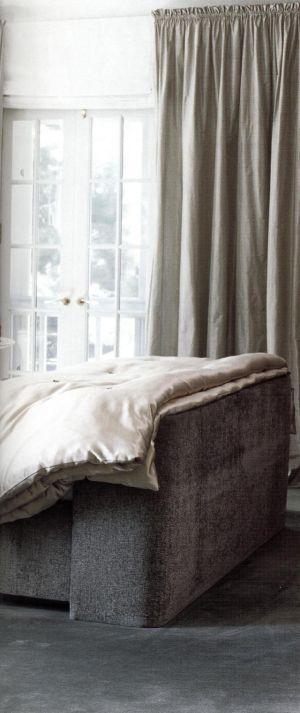 Дополнительное ощущение теплоты в уютную спальню вносит чудесный серый оттенок похожий на цвет ослиной шкуры.
