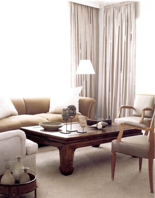 Цвет овсянки вносит теплоту в сдержанный колорит в жилой комнате работы Берни де ла Куона к дивану добавлена пара кресел с подушками и аккуратно сложенными накидками акцентирующих цветов, которые можно менять. Для кофейного столика приспособлена старая деревянная кровать из Западной Африки - подержанные деревянные предметы придают обстановке обжитой вид.
