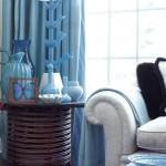 С бирюзовым цветом работать не очень легко, но в данном случае дизайнер Джейми Дрейк достиг потрясающей гармонии. Все оттенки синего он сфокусировал в удивительной коллекции старинного венецианского стекла бирюзовых оттенков. Благодаря шторам и накидкам в сине-голубых тонах цветовая насыщенность интерьера очень велика.