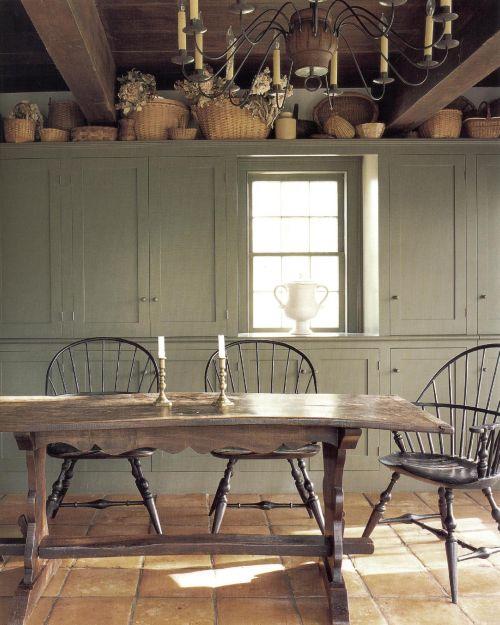 Мягкие зеленые краски подобны кремовому шпинату. Они великолепно подходят к столовой простого сельского стиля, которую оформила Памела Клайн. Эти нейтралы представляют собой замечательный фон для насыщенного терракотового оттенка пола, разместившейся на полке коллекции корзин, виндзорских стульев и старого трапезного стола.