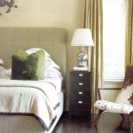 Яркий штрих этой спальни - подушки изумрудно-зеленого и цвета зеленого яблока.