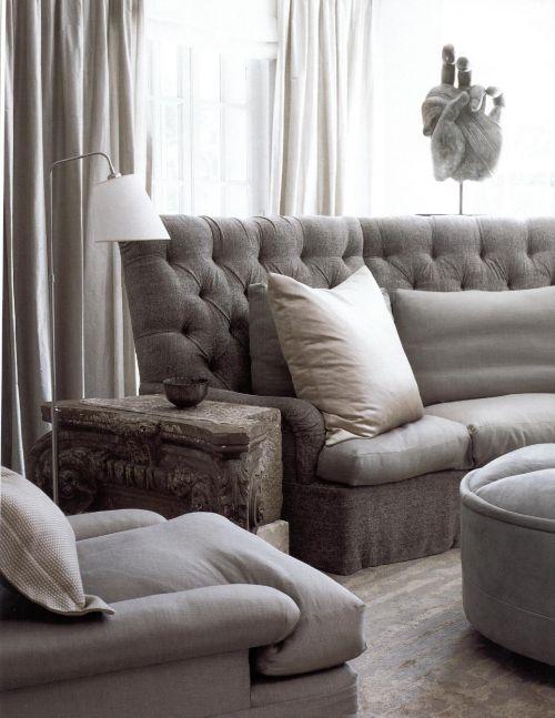 Комната оформлена теплым серым оттенком, похожим на тон ослиной шкуры. Дизайнер Висенте Вульф представил в этом интерьере словно случайный набор самой разнообразной мебели. Особо следует отметить стол из фрагмента древнего барельефа и вырезанную из дерева руку, которые придают элегантной комнате особый эффект.