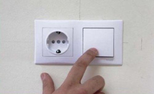 Монтируем в стене розетку и выключатель