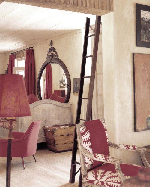 При оформлении дома дизайнер Стефен Фальке использовал гармоничную комбинацию различных оттенков красного. Эклектическое смешение разных стилей – здесь соединилось африканское влияние, также элементы цветового оформления традиционных интерьеров Тосканы и Грованса. Связь между отдельными пространственными зонами осуществляет одна и та же холщовая ткань красного цвета, но она везде разная - то гладкая, то в полоску, то в клетку, то с узорами.