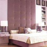 В спальне, спроектированной Джейми Дрейком, от пола до потолка мы наблюдаем игру лиловых тонов. В большом изголовье кровати и матрасном чехле использован оттенок пурпурного цвета. Лакированные книжные полки и занавески выдержаны в одном и том же сиреневом тоне. Завершают цветовую гамму этой спальни покрывало и подушки кремового цвета.