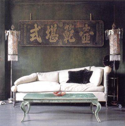 Старая темно-зеленая краска на стенах является великолепным фоном для дизайнерского решения Дэвида Картера, в котором китайские старинные иероглифы замечательно сочетаются с эклектичной мебелью, светильниками с шелковыми абажурами и желто-зеленым столом.