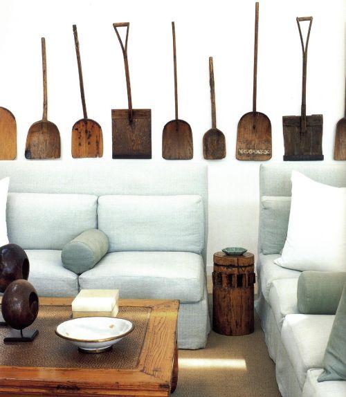 В качестве обивочного материала для своей диванной Висенте Вульф выбрал ткань «серый Дорсет».