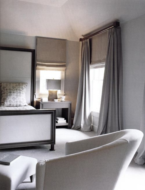 Элегантная светло-серая спальня являет собой спокойное изящество линий и совершенный вид. Дизайнер Нэнси Брайтвейт оформила спальню в мягких серых тонах. Единственным орнаментальным элементом является монохромный узор на покрывале и подушках. Простые и мягкие занавески под тяжелыми длинными портьерами создают атмосферу сдержанной роскоши.