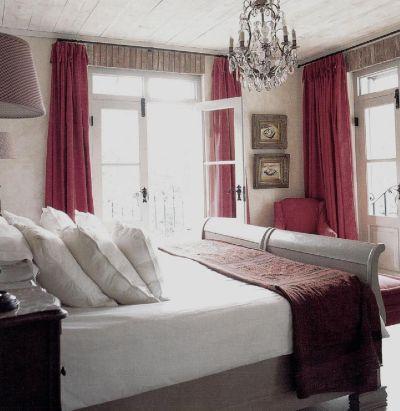 Как и во всем остальном доме, шторы спальни сшиты из простого красного холста.