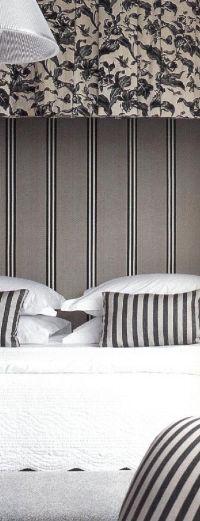 Сиденье и декоративные подушки обиты тканью с темно-серыми и кремовыми полосками. Полог сшит из полосатой бежево-серой полупрозрачной ткани.