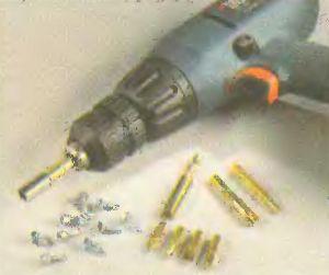 Использовать дрель для завинчивания лучше всего с зажимным патроном, имеющим регулировку ограничения глубины завинчивания.