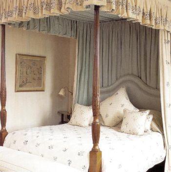 Занавески полога, покрывала и подушки этой кровати английской работы XVIII в. сделаны из льняной ткани с вышитыми вручную цветочками. Подкладка полога и спинка кровати обшиты светло-зеленым шелком.