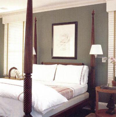 Ларри Ласло спроектировал гостевую спальню в своем доме в табачных тонах, которые переходят в коричневые тона и создают в комнате атмосферу тепла и гостеприимства.