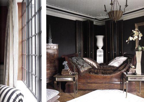 Пышное убранство французской кровати из красного дерева поражает теплом и мягкостью на величественном матово-черном фоне.