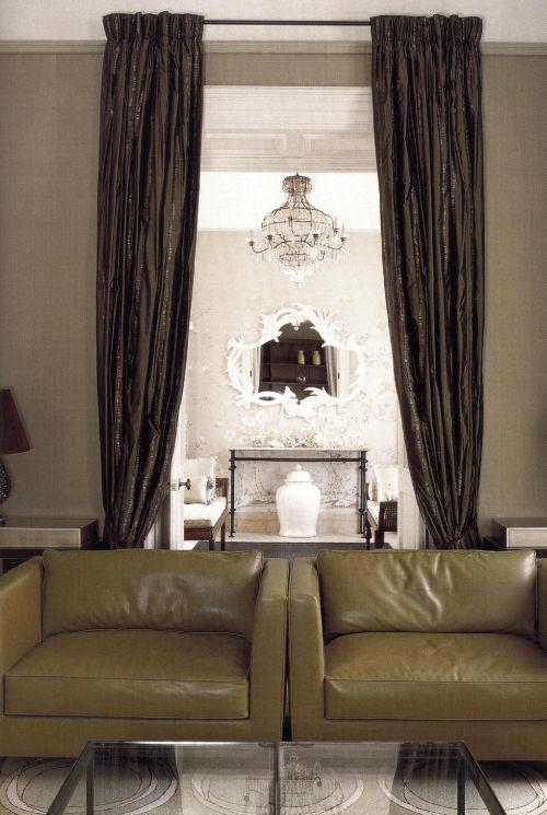 Оливковые оттенки интерьера, спроектированного Дэвидом Коллинзом, присутствуют везде - на ковре, на креслах.