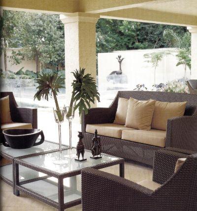 Жилое пространство в Йоханнесбурге было создано дизайнером Стефеном Фальке с помощью плетеной мебели из орудийного металла и декоративных подушек, сшитых из парусиновой ткани карамельного оттенка.