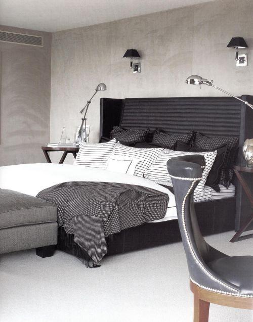 Спальня спроектирована Луиджи Эспозито. Черная кожаная кровать, декорированная в черно-белых тонах, поставлена у стены, обитой искусственной замшей цвета слоновой кости.