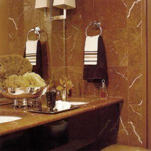 Ванная, облицованная мрамором коньячного цвета c прожилками, выглядит очень теплой и по своему духу мужской.