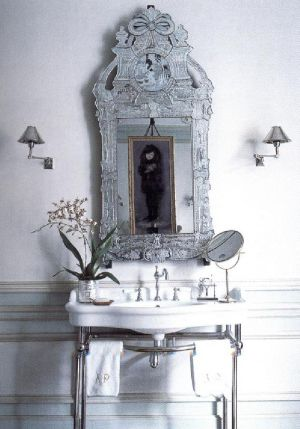 Дизайнер Альберто Пинто соединил вместе венецианское зеркало и светло-голубой интерьер ванной комнаты. Зеркало придает всему помещению оттенок роскоши.