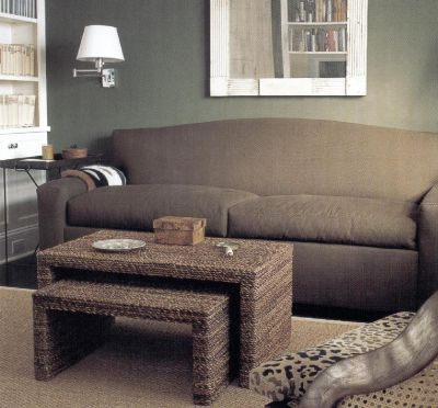 Этот уютный темный уголок представляет собой сугубо личное пространство, созданное для релаксации. Стены окрашены в цвета темного хаки, а диван имеет кофейный оттенок.