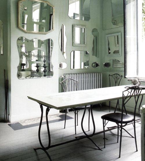 Коллекцией зеркал украшены стены столовой Аньёз Задери. Зеркала добавляют света, чувство пространства и придают комнате фантастический «подводный» вид.
