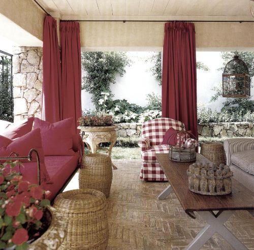 Узор паркетного пола - оригинальный, недорогой и впечатляющий. На этом фоне чудесно смотрится красная мебель, цвет которой вбирает в себя все «земляные» оттенки.