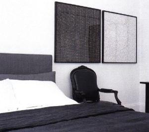 Темно-серая схема создана комбинацией светло-серого и белого фона и темно-серыми аксессуарами. В этой мужской спальне доминируют кожа и темно-серые тона.