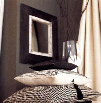 Под африканским зеркалом возвышается гора подушек. С их помощью: можно быстро трансформировать помещение - в связи со сменой времен года или настроения хозяина.