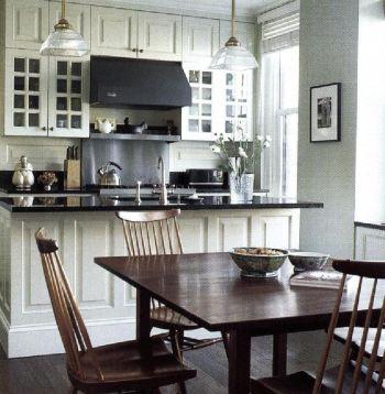 При реконструкции кухни дизайнер Джейсон Белл использовал два похожих цвета и создал облик комнаты, утонченный до чрезвычайности.
