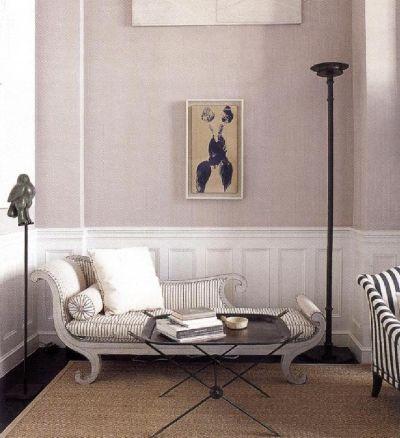 Фредерик Мечич выкрасил стены в нейтральный сиреневый цвет и внес в колористическую гамму немного бежевого, что визуально хорошо соединилось с ковром из натуральных волокон.