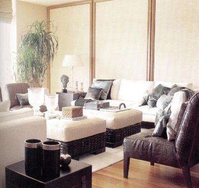 Другой ракурс той же комнаты. Здесь присутствует много оттенков, которые добавлены к сливочным тонам белого и значительно обогащают декоративную палитру.