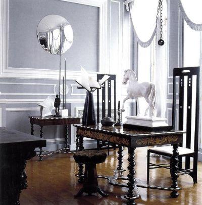 Столовая в историческом стиле выдержана в тонах серого с деревянными деталями снежно-белого цвета.