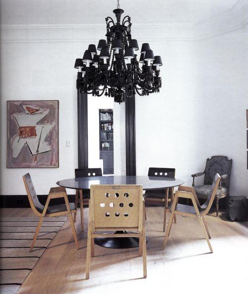 Люстра в цветовой гамме черного дерева представляет собой самый эффектный аксессуар комнаты.