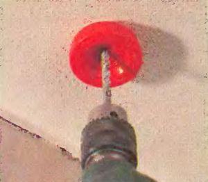 Пылесборный кожух устанавливается на сверло и можно сверлить отверстия в потолке, не создавая пыль и грязь в помещении.