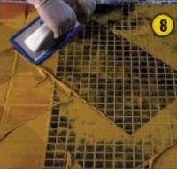 Швы заполняют плоским резиновым шпателем