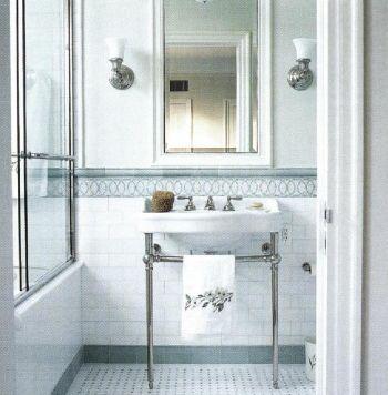 Гранит зеленого оттенка и мозаичная кладка пола в зеленоватых тонах придает ванной комнате элегантный и холодный вид. Раковина в стиле 1930-х.